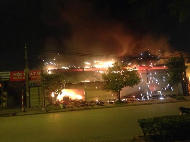 Clip: Cháy lớn gần Keangnam, nhiều hàng quán bị thiêu rụi - Ảnh 1