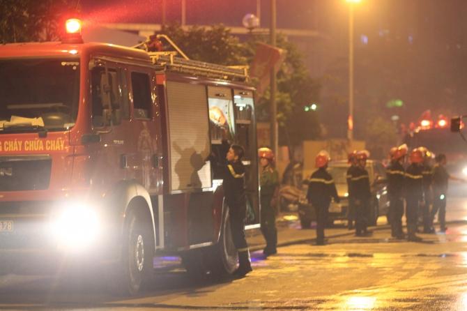 Clip: Cháy lớn gần Keangnam, nhiều hàng quán bị thiêu rụi - Ảnh 2