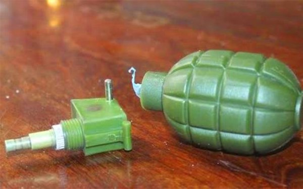 Lựu đạn nhựa phát nổ, hai em nhỏ bị thương nặng - Ảnh 1