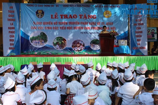 CSGT HN tặng 5.000 vở in hình tuyên truyền pháp luật cho học sinh - Ảnh 1