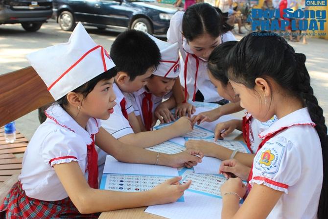 CSGT HN tặng 5.000 vở in hình tuyên truyền pháp luật cho học sinh - Ảnh 2