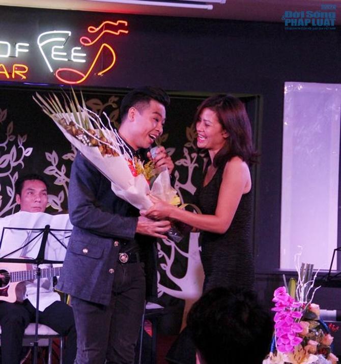 Hoài Nam Sao Mai khóc nghẹn ngào trong minishow đầu tiên - Ảnh 1
