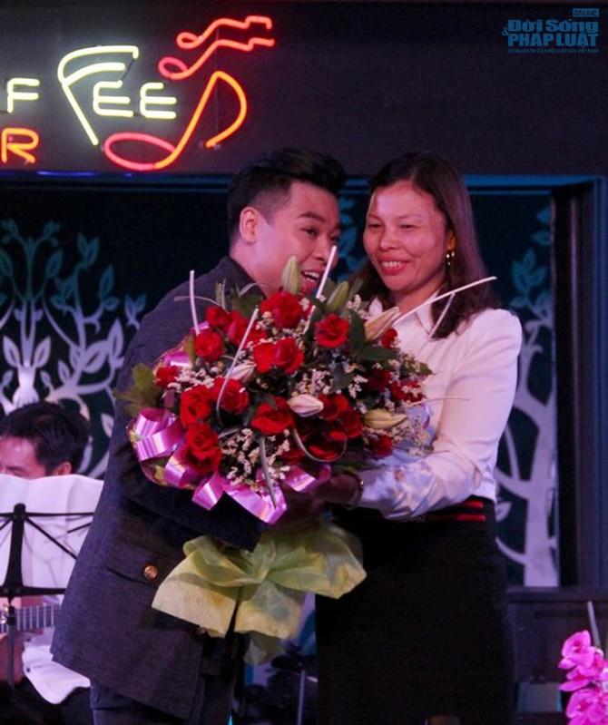Hoài Nam Sao Mai khóc nghẹn ngào trong minishow đầu tiên - Ảnh 2