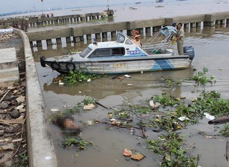 TP.HCM: Phát hiện xác nam giới đang phân hủy trôi sông - Ảnh 1