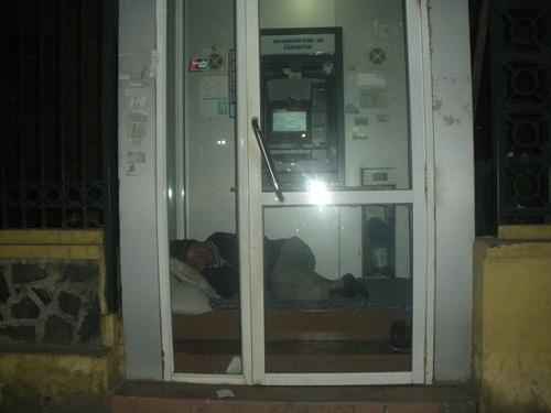 Co ro trong ATM tránh rét đậm giữa lòng Hà Nội - Ảnh 1
