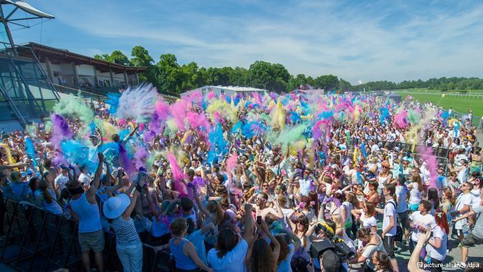 Lễ hội Holi đầy màu sắc ở Ấn Độ - Ảnh 6