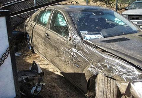 Mercedes lao xuống vực sâu, 3 người chết thảm - Ảnh 1