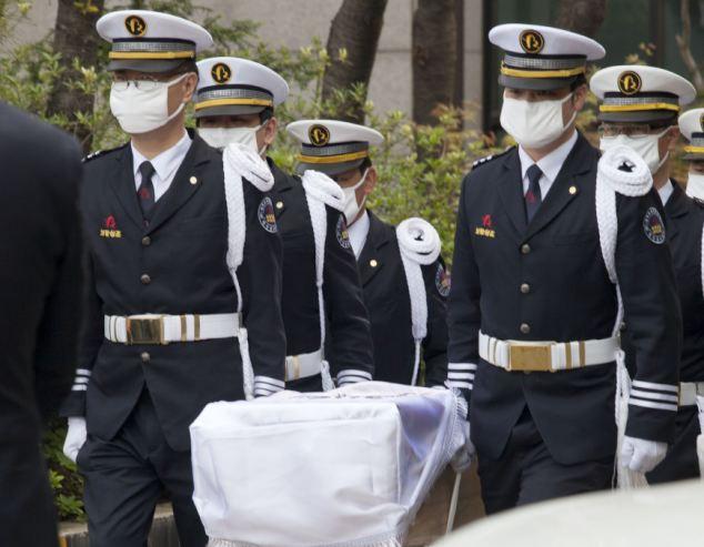 Đám tang xúc động của thầy hiệu phó sau vụ chìm phà Sewol - Ảnh 5