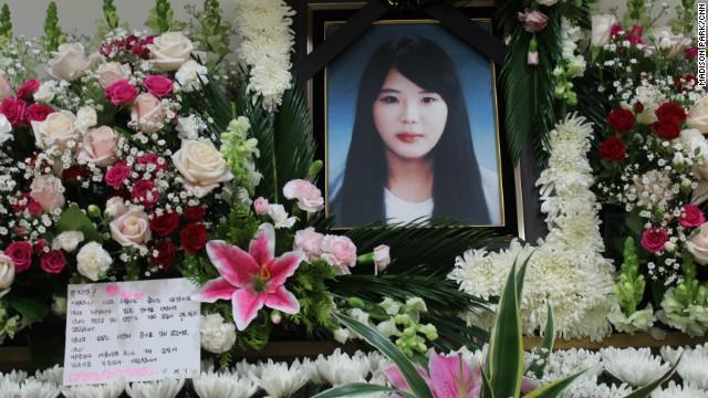 Đám tang nữ thuyền viên anh hùng trong vụ chìm phà Sewol - Ảnh 1