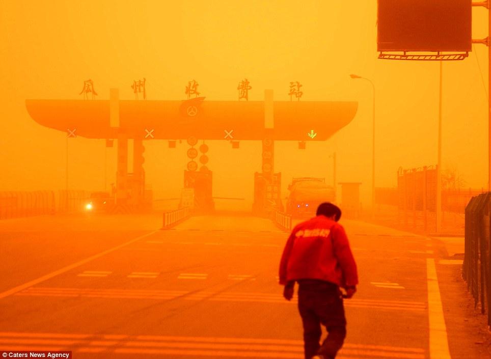 Cận cảnh bão cát tấn công Trung Quốc - Ảnh 1