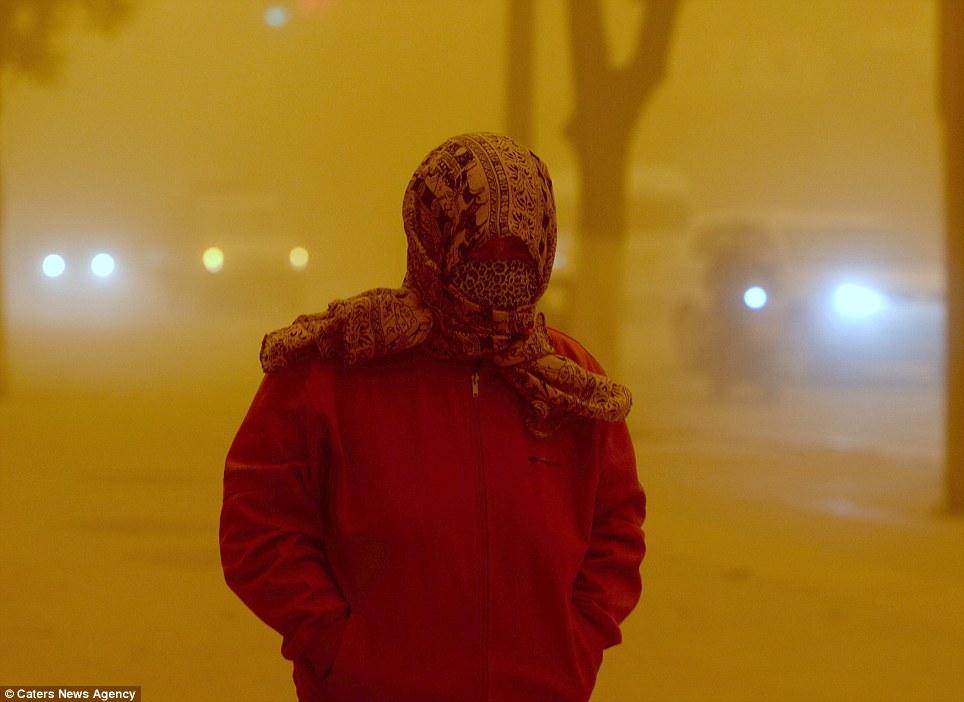 Cận cảnh bão cát tấn công Trung Quốc - Ảnh 2