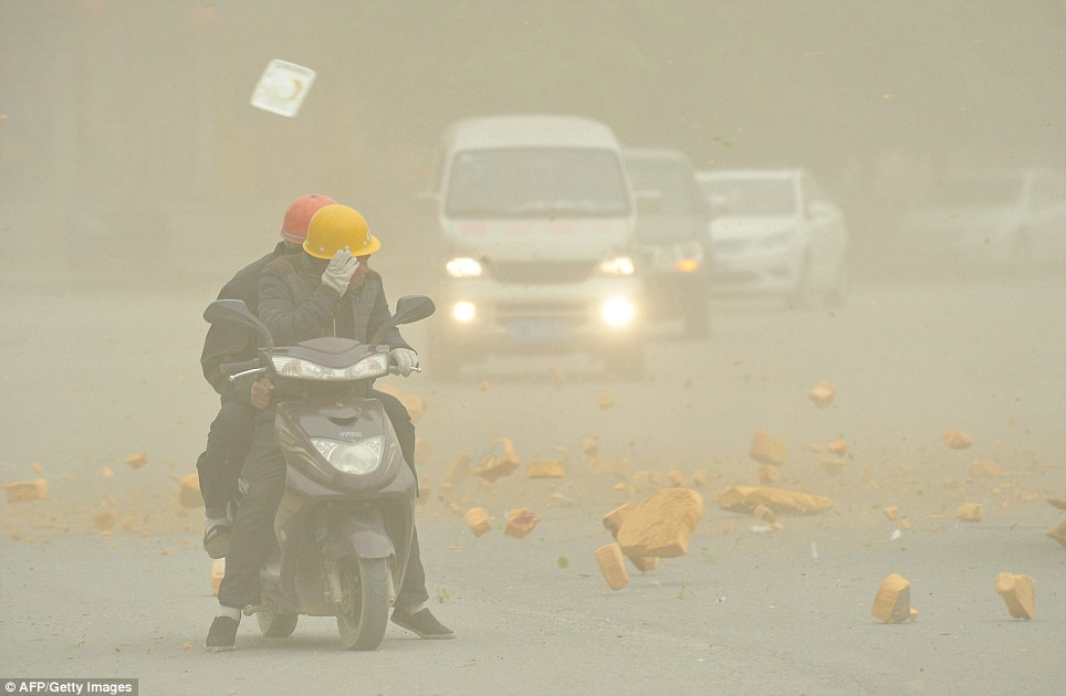 Cận cảnh bão cát tấn công Trung Quốc - Ảnh 3