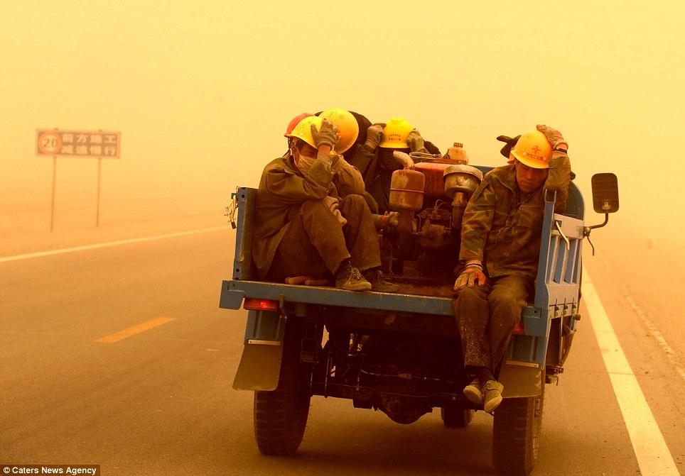 Cận cảnh bão cát tấn công Trung Quốc - Ảnh 6