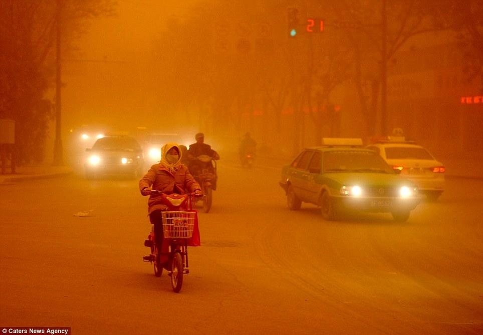 Cận cảnh bão cát tấn công Trung Quốc - Ảnh 7