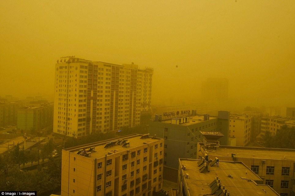 Cận cảnh bão cát tấn công Trung Quốc - Ảnh 8