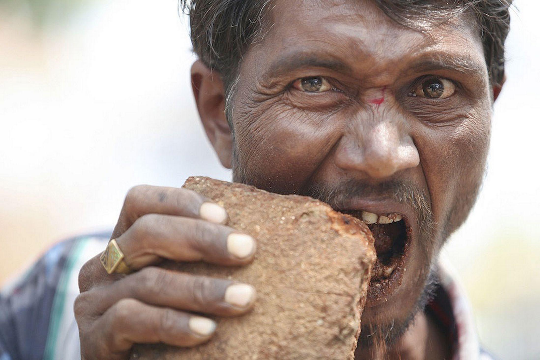 Kỳ lạ người đàn ông nghiện ăn gạch đá - Ảnh 1
