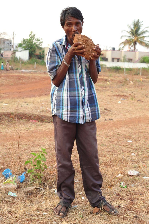 Kỳ lạ người đàn ông nghiện ăn gạch đá - Ảnh 2