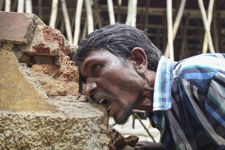Kỳ lạ người đàn ông nghiện ăn gạch đá - Ảnh 3
