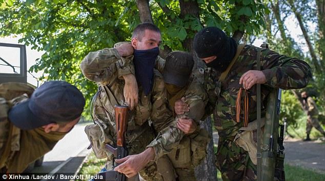 Cận cảnh vụ không kích tại sân bay quốc tế Donetsk - Ảnh 10