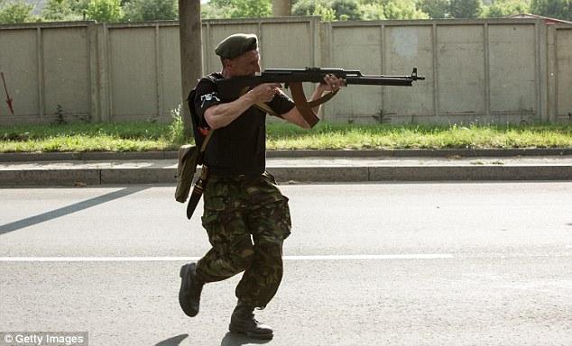 Cận cảnh vụ không kích tại sân bay quốc tế Donetsk - Ảnh 4