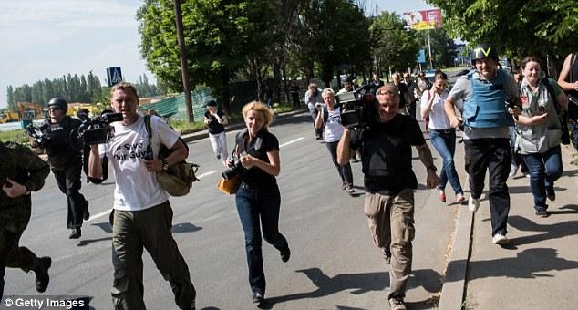 Cận cảnh vụ không kích tại sân bay quốc tế Donetsk - Ảnh 7