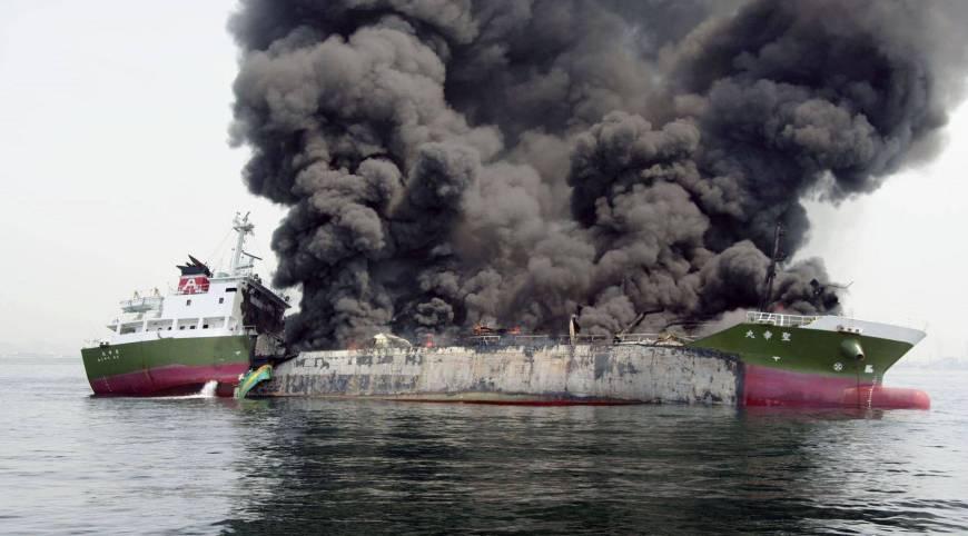 Tàu chở dầu 1.000 tấn phát nổ ngoài khơi Nhật Bản - Ảnh 1