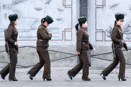 Nữ binh Triều Tiên diện giày cao gót đi tuần - Ảnh 1