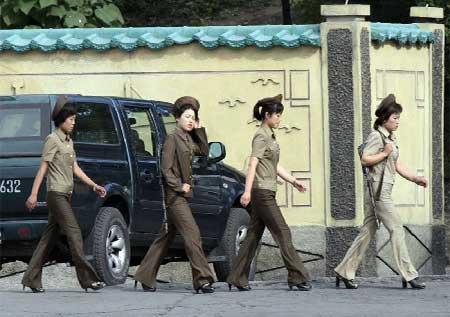 Nữ binh Triều Tiên diện giày cao gót đi tuần - Ảnh 2