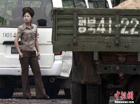 Nữ binh Triều Tiên diện giày cao gót đi tuần - Ảnh 3