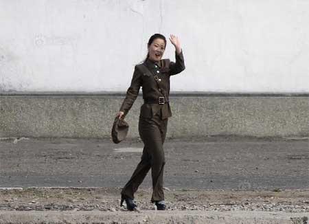 Nữ binh Triều Tiên diện giày cao gót đi tuần - Ảnh 5