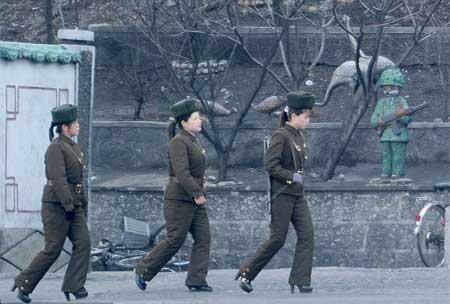 Nữ binh Triều Tiên diện giày cao gót đi tuần - Ảnh 4