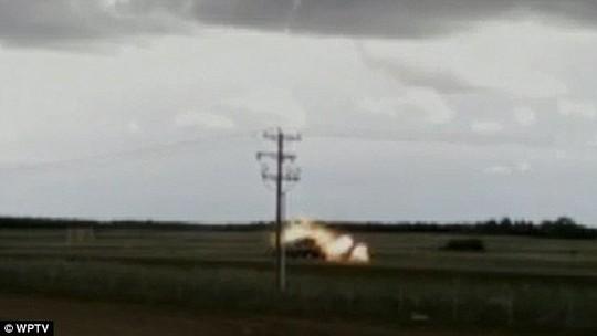 Sét đánh xe tải bốc cháy kinh hoàng trên đường - Ảnh 1