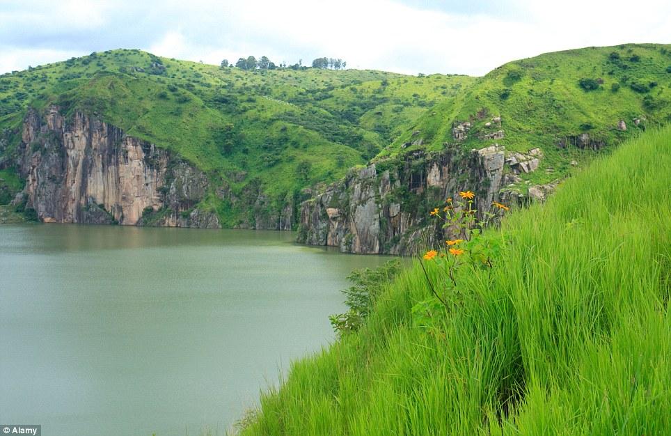 Khám phá 10 hồ nước kỳ lạ trên thế giới - Ảnh 10