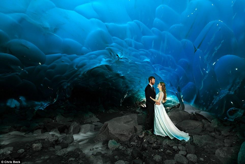 Chiêm ngưỡng bộ ảnh cưới đẹp lung linh trong động băng Alaska - Ảnh 1