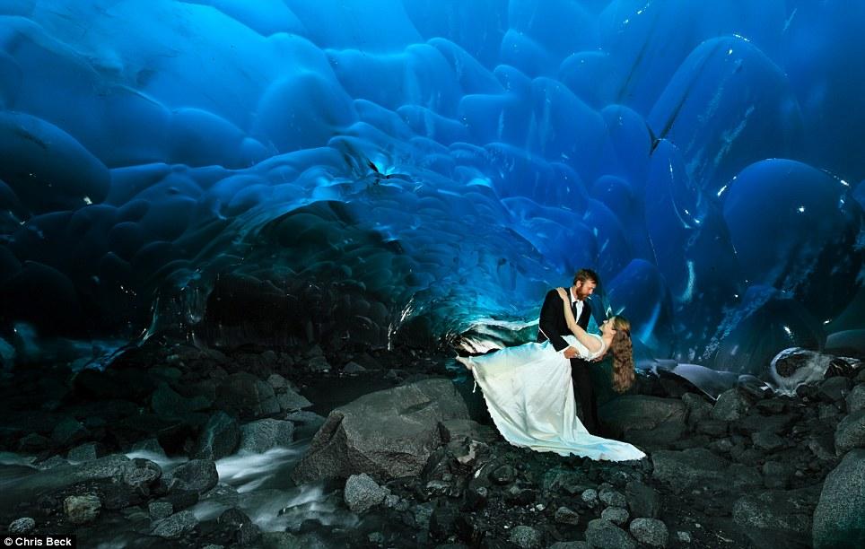 Chiêm ngưỡng bộ ảnh cưới đẹp lung linh trong động băng Alaska - Ảnh 2