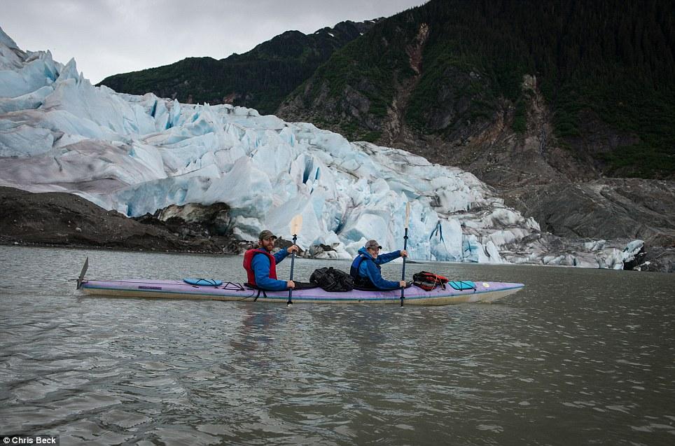 Chiêm ngưỡng bộ ảnh cưới đẹp lung linh trong động băng Alaska - Ảnh 3