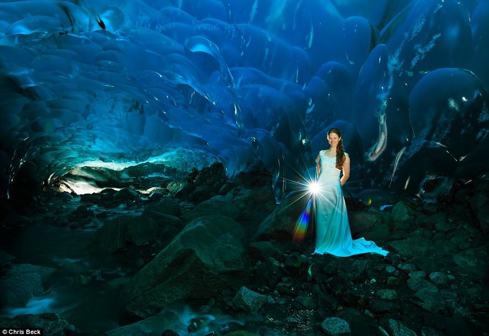 Chiêm ngưỡng bộ ảnh cưới đẹp lung linh trong động băng Alaska - Ảnh 4