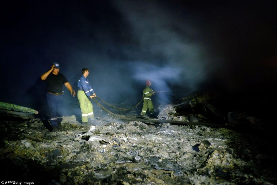 Cận cảnh vụ rơi máy bay Malaysia, 295 người thiệt mạng - Ảnh 6