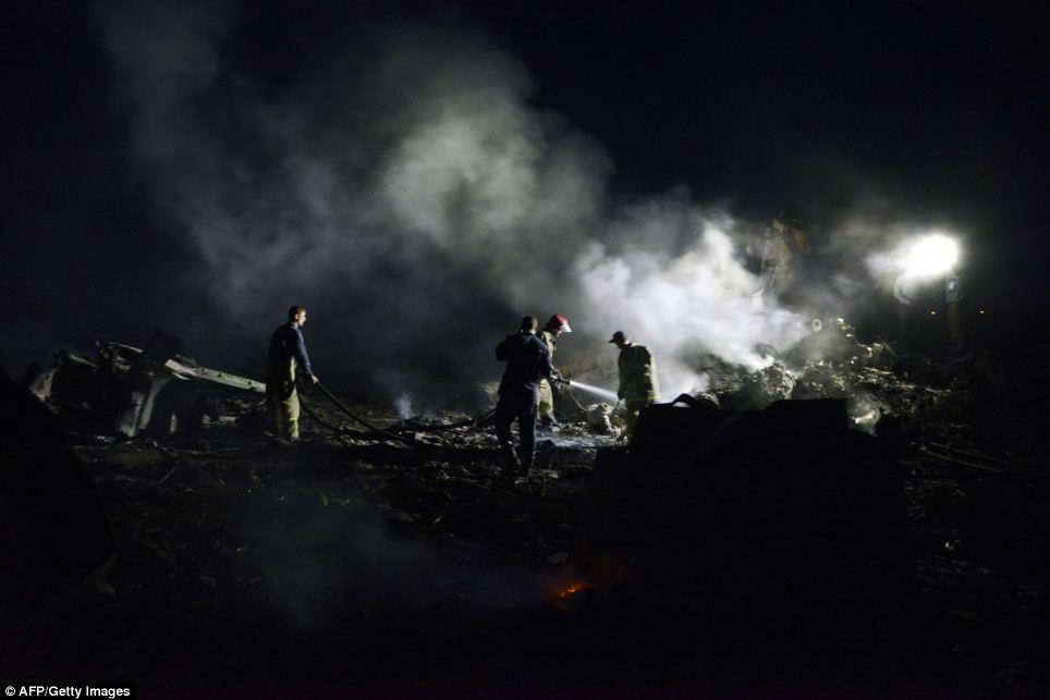 Cận cảnh vụ rơi máy bay Malaysia, 295 người thiệt mạng - Ảnh 7
