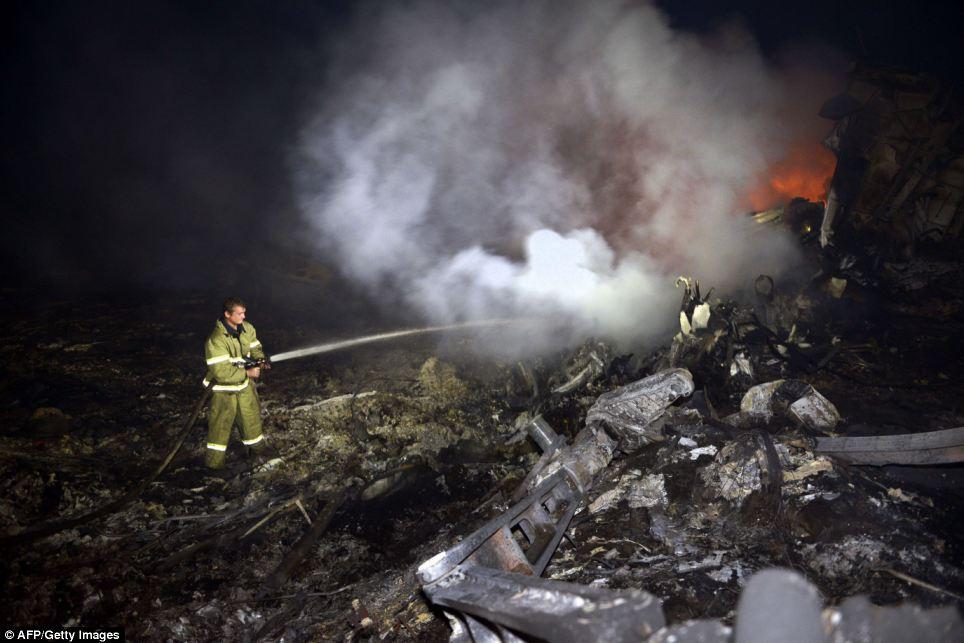 Cận cảnh vụ rơi máy bay Malaysia, 295 người thiệt mạng - Ảnh 8