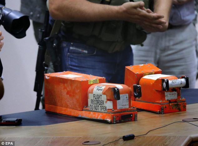 Chùm ảnh phe ly khai bàn giao hộp đen MH17 cho Malaysia - Ảnh 1