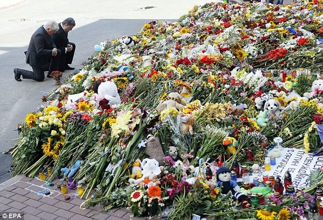 Chùm ảnh phe ly khai bàn giao hộp đen MH17 cho Malaysia - Ảnh 10