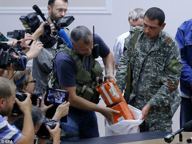 Chùm ảnh phe ly khai bàn giao hộp đen MH17 cho Malaysia - Ảnh 2