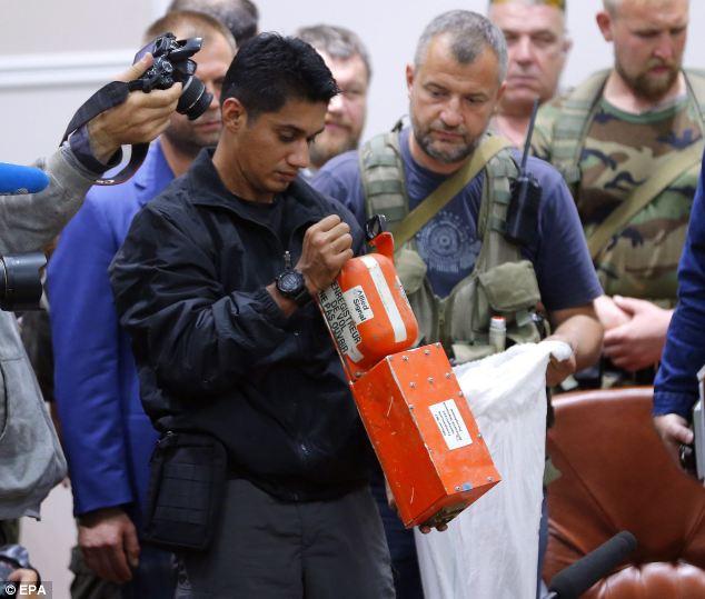 Chùm ảnh phe ly khai bàn giao hộp đen MH17 cho Malaysia - Ảnh 3