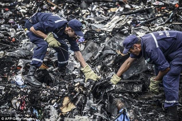 Chùm ảnh phe ly khai bàn giao hộp đen MH17 cho Malaysia - Ảnh 8