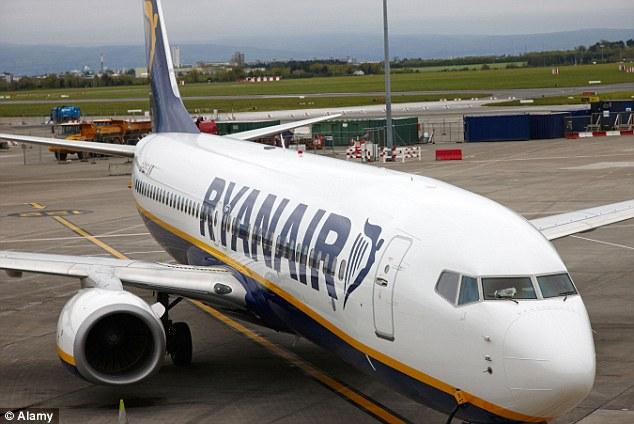 Hành khách say rượu mở cửa máy bay vì tưởng là...toilet - Ảnh 1