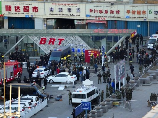 Tấn công khủng bố đẫm máu ở Tân Cương, hàng chục người chết - Ảnh 1