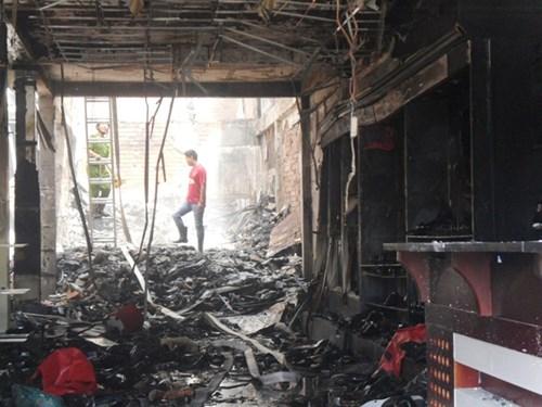 Vụ cháy khiến 3 người chết: Thẫn thờ bên quan tài cha mẹ, em gái - Ảnh 1