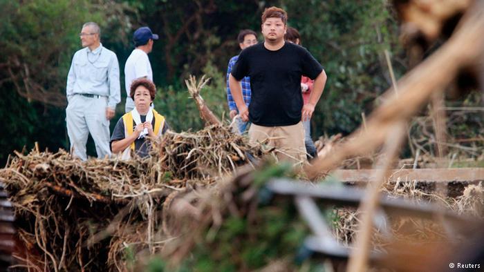 Chùm ảnh siêu bão Neoguri tấn công Nhật Bản - Ảnh 7