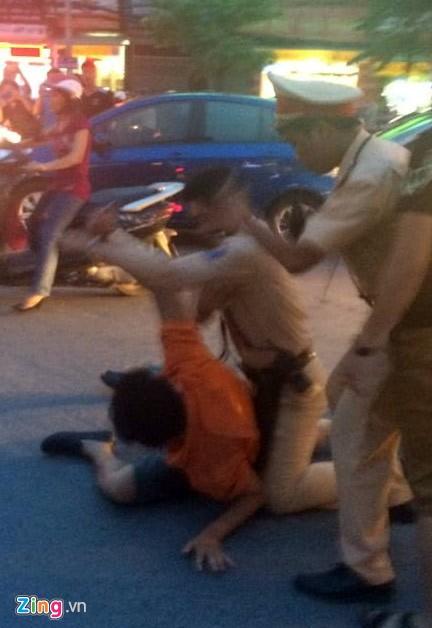 Nhổ nước bọt, vụt cảnh sát giao thông giữa ngã tư - Ảnh 3